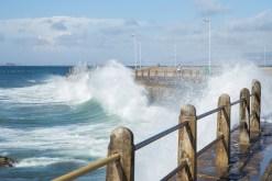 Den starken Wind in Kapstadt nennt man Kapdoktor weil er die schlechte Luft ins Meer hinaus bläst. Dort erzeugt er entsprechende Wellen.