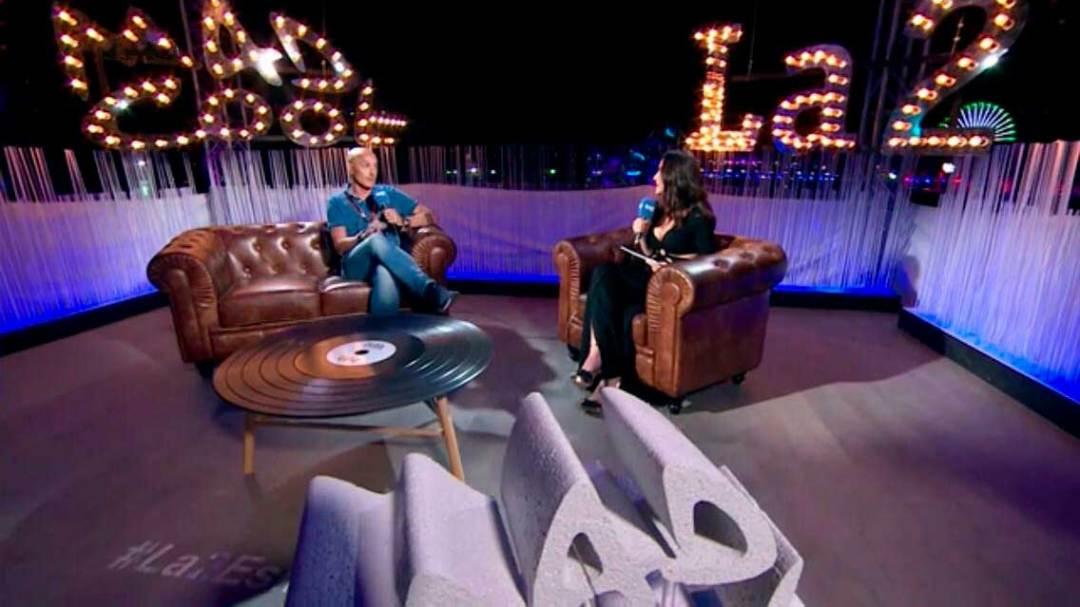 desarrollo de entrevista en el set de tv Mad Cool