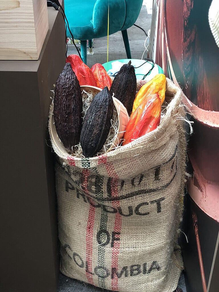 Decoración de saco de granos de cacao gigantes.