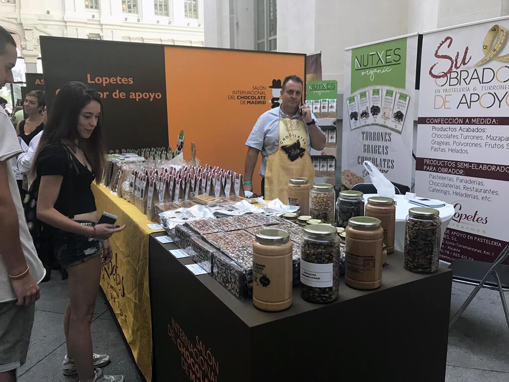Stand de venta de licores de chocolate