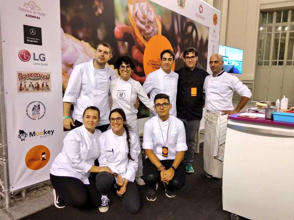 Equipo de maestros chocolateros en el Salón Internacional del Chocolate