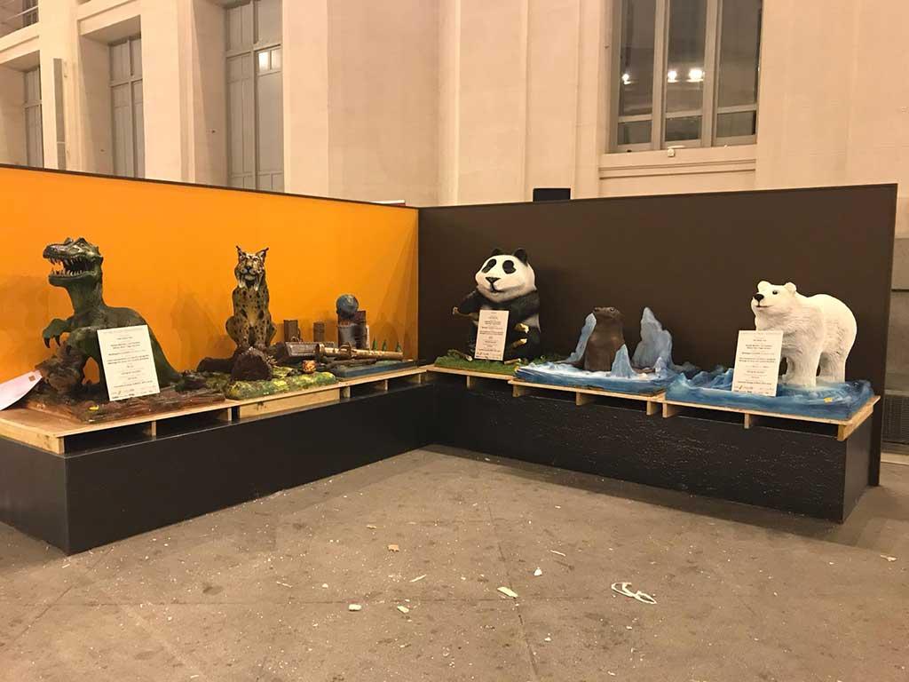 Plano general de esculturas fantásticas de chocolate en el Escultura de oso polar realizada en chocolate en el Salón Internacional del Chocolate