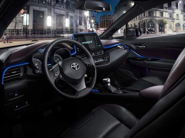 c-hr-interior-dashboard-angle-full_tcm-1014-728486