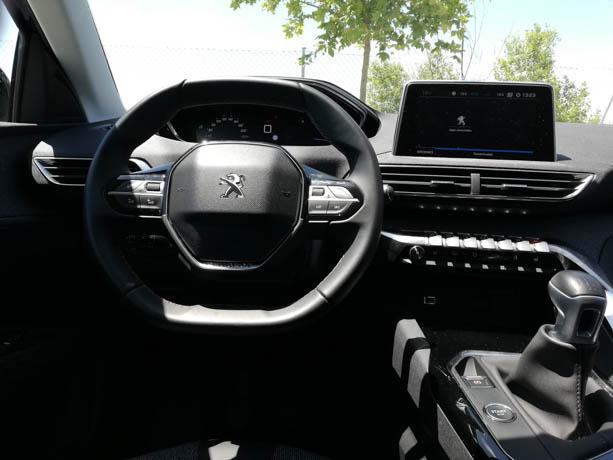 Este es el achatado y característico volante del Peugeot i-cockpit