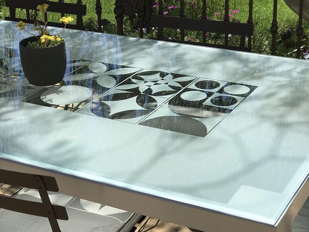 table verre exceptionnelle avec plateau en verre trempe et sable de motifs