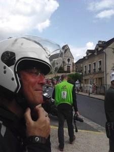 visage souriant motard enfile casque IMG_20140727_171409_0