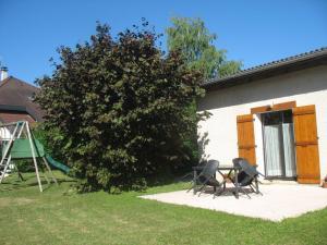 gite le praz jardin et terrasse ensoleillée