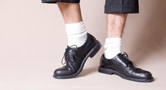 chaussettes de sport blanche avec chaussures habillées noires