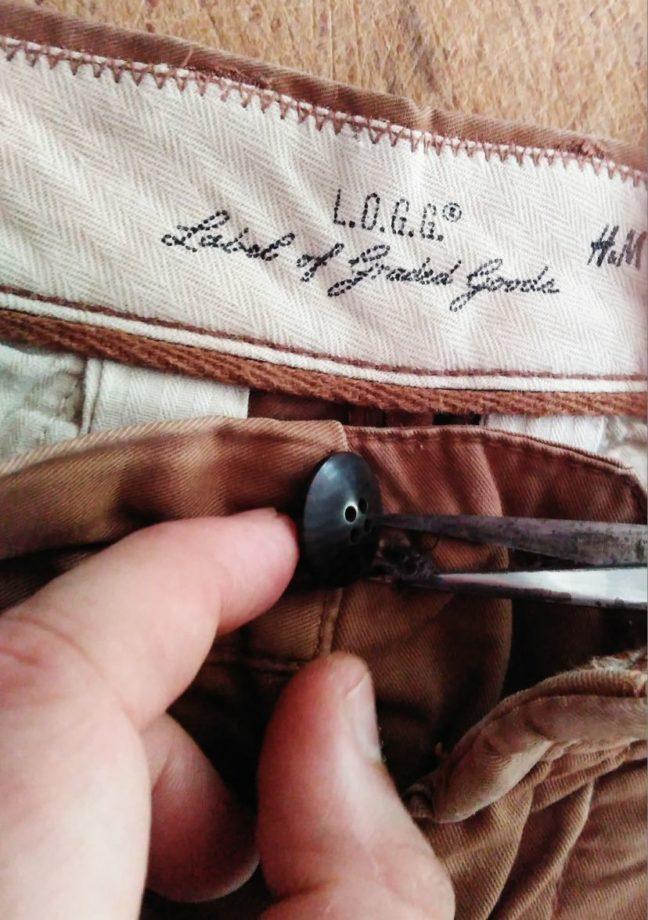 enlever bouton origine du pantalon avec des ciseaux