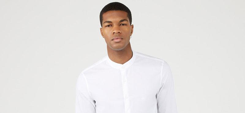 homme noir avec chemise blanche col mao