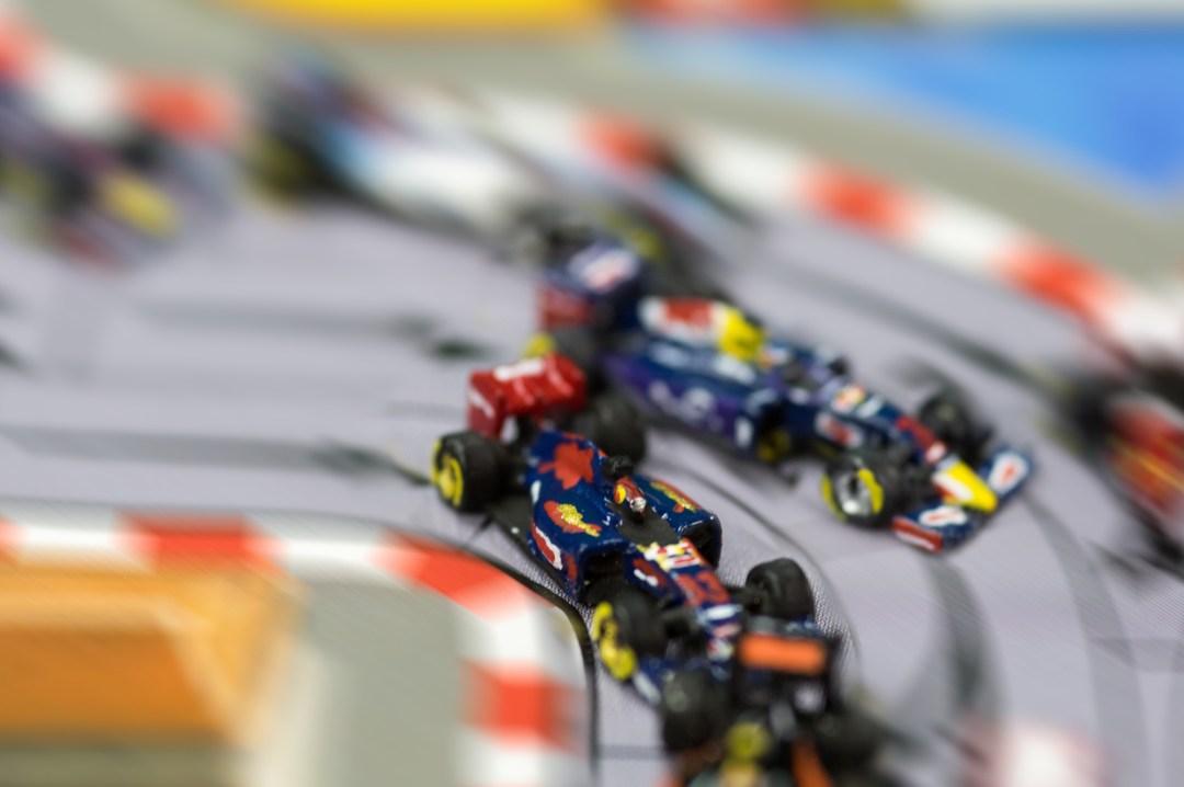 Max Verstappen sur sa Toro Rosso faisant l'intérieur à la Red Bull de Daniil Kvyat