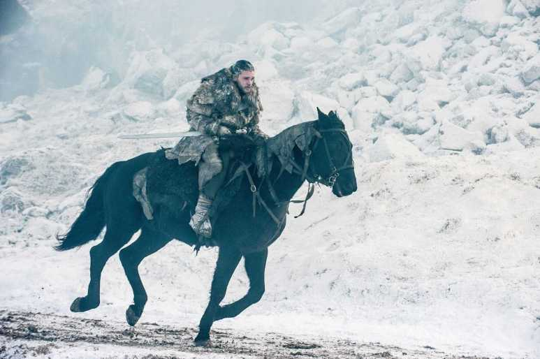 Snow is sent back to the Wall on Benjen's steed