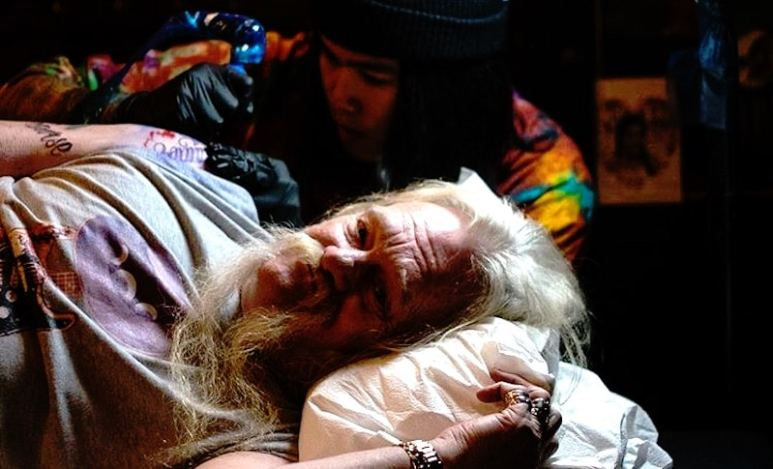 Billy Brown from Alaskan Bush People gets a tattoo