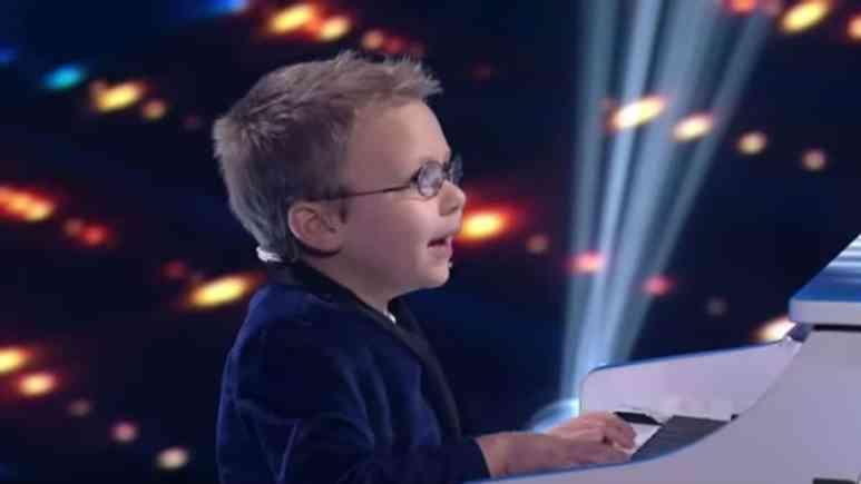 Avett performing Bohemian Rhapsody on American Idol