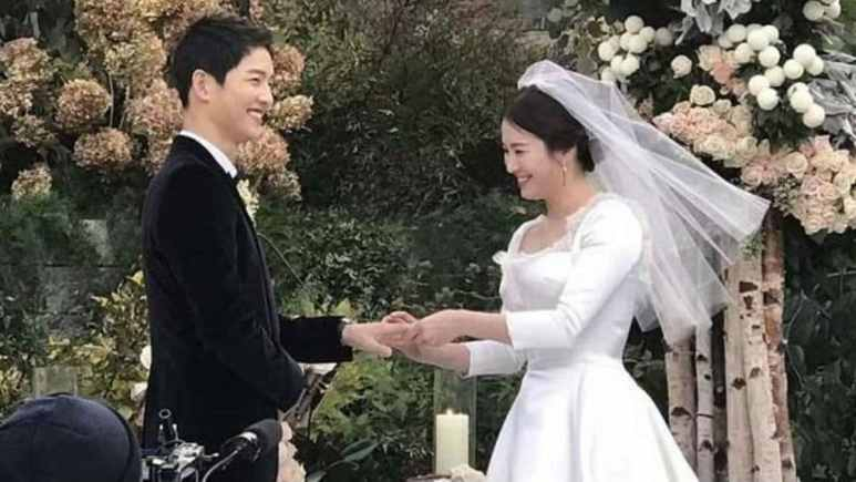 Song Joong-Ki and Song Hye-Kyo exchange rings at their wedding. Image Credit: Song Joong-Ki fan cafe