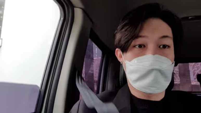 Jihoon, wearing a facemask, gave fans an update on coronavirus in Korea