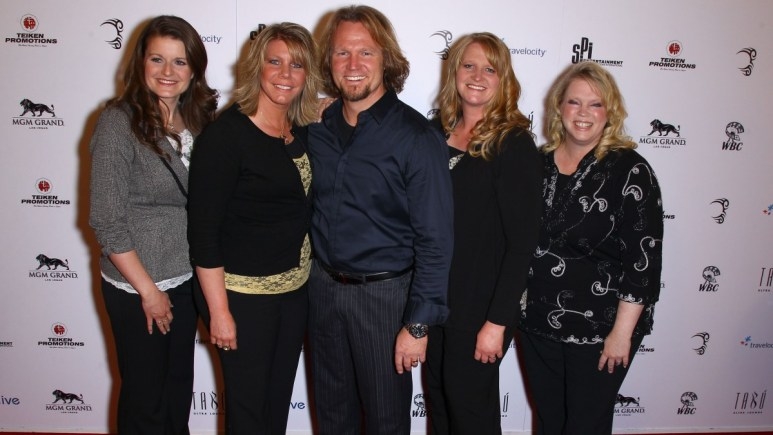 Sister Wives star Kody Brown and co-stars Robyn, Meri, Christine, and Janelle strike a pose.