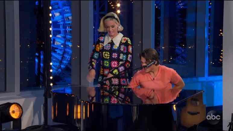 Katy Perry dances alongside Idol hopeful who plays the piano