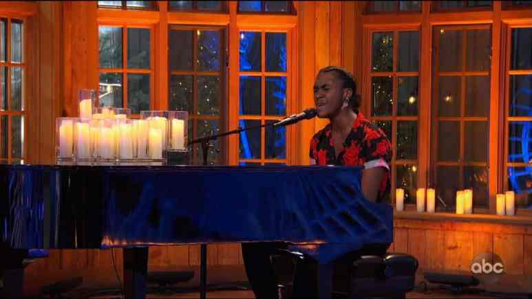 Robert Taylor plays piano and sings on American Idol auditions