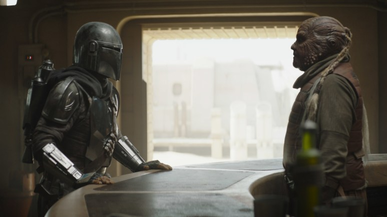 Pedro Pascal as The Mandalorian talking to Weequay bartender