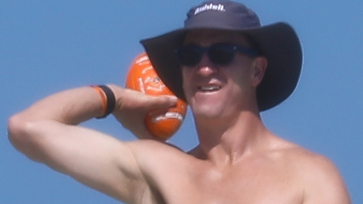 Download Peyton Manning shows off toned abs during trip to Miami ...