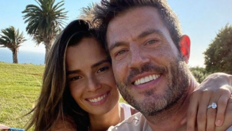 Jesse Palmer poses with his girlfriend outside on a sunny day