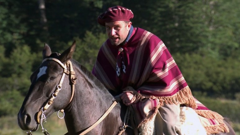 tj lavin arrives on horse in the challenge all stars episode 9