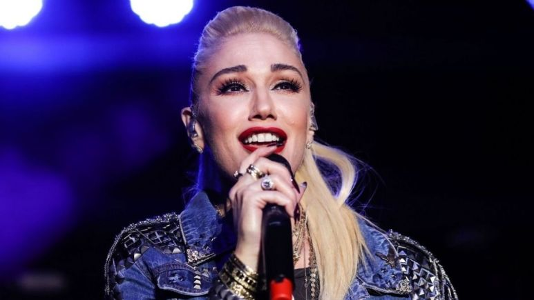 Image of Gwen Stefani singing.