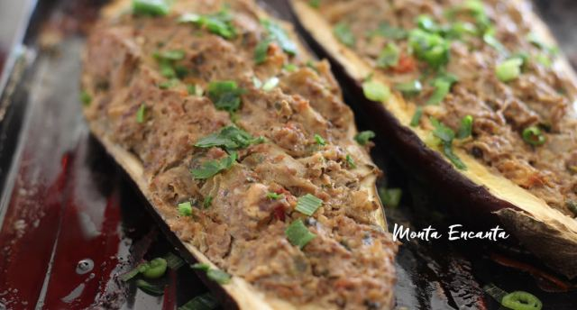 A receita desta berinjela assada e recheada no forno, é francesa, mas não se impressione o preparo é a baba do quiabo!