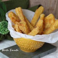 Mandioca frita e empanada no fubá fica mais crocante!