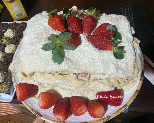 bolo ninho com morangos