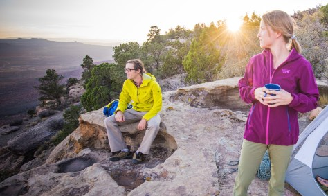 La veste Ozonic stretch de Mountain Hardwear, version homme et version femme.