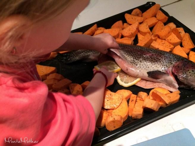 Montessori v kuchyni - pecenie ryby (2)