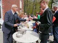 Herr Enkelmann verteilt Eis-2