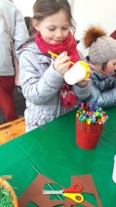 Montessori Grundschule Königs Wusterhausen_Wir schmücken den Osterbrunnen in KW_2019_1