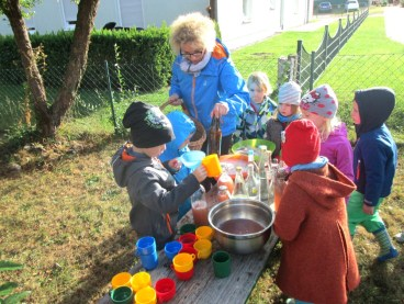 montessori-kinderhaus-hangelsberg_apfelprojekt-2016_apfelsaft-herstellen