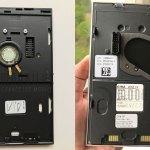 Die Montageplatte (links) wird an der Wand montiert und das G1-Display-Element (rechts) wir einfach draufgesteckt. (Foto: moobilux.com/tc)