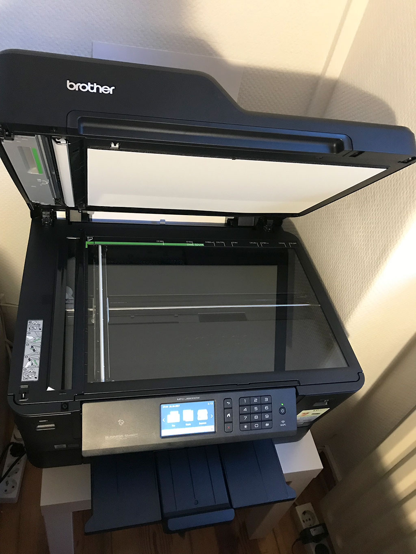 Mithilfe des Flachbettscanners lassen sich auch Seiten bis DIN A3 scannen. (Bild: moobilux.com / TC)