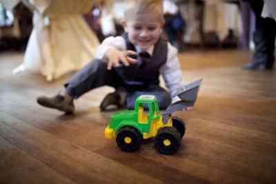 trouwdag kinderen speelgoed trouwfoto