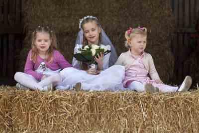 bruidsmeisje kinderen trouwdag trouwen portret bruidsfoto