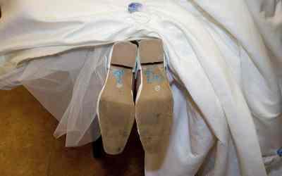 """""""I do"""" op de onderkant van de trouwschoenen van de bruid"""
