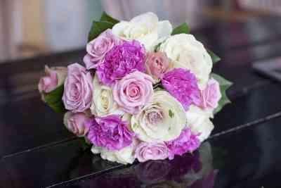 boeket bloemen huwelijksambtenaar trouwambtenaar trouwen kado