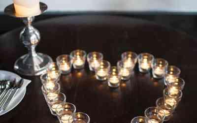 Waxinelichtjes hart leuk neergezet op de bruiloft tijdens het diner