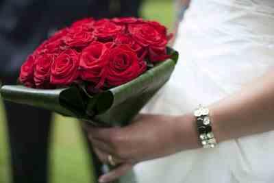 Bruidsboeket met rode rozen bruidsfotografie trouwfoto rood