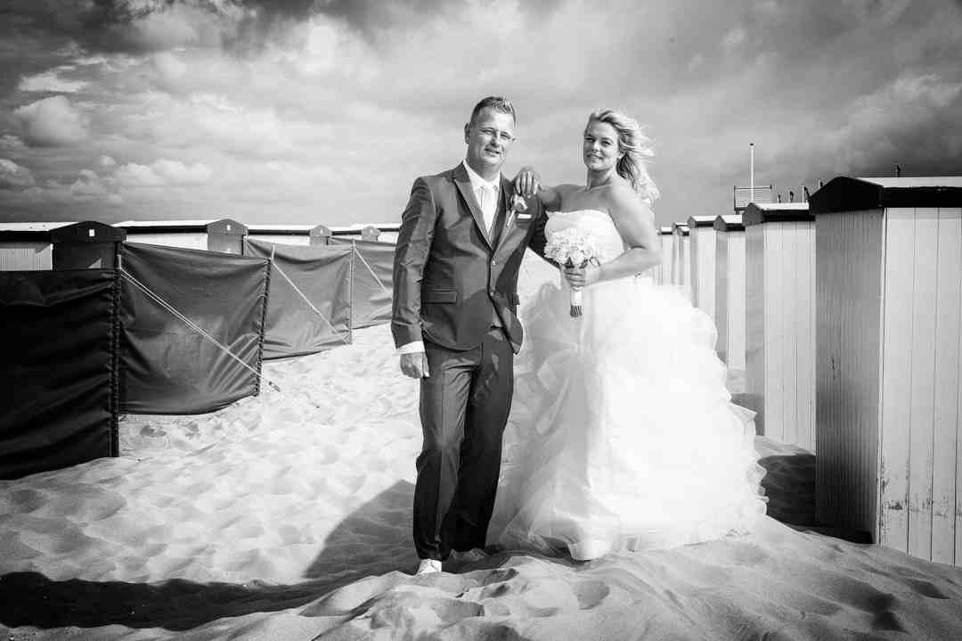 zwart-wit bruidsfoto strand