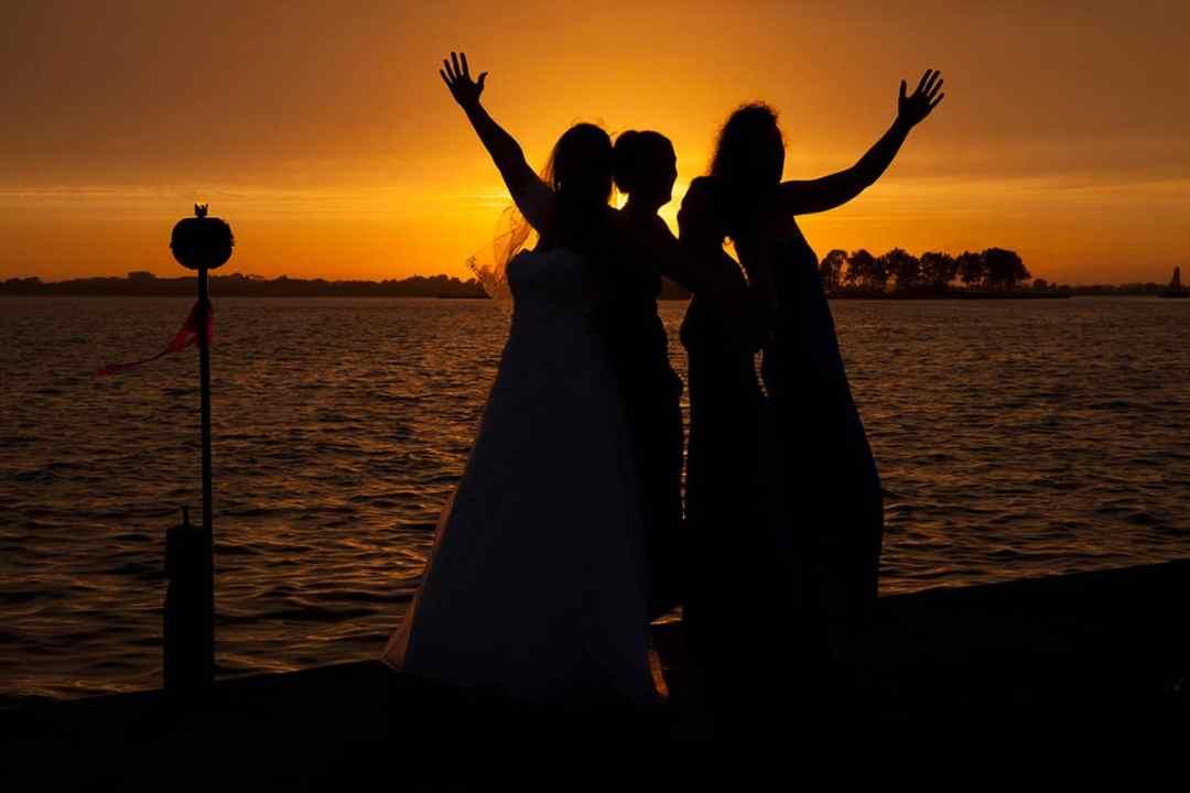 zonsondergang trouwfoto silhouet