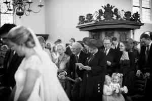 zwart-wit trouwfoto huwelijksceremonie kerk