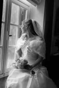 Bruidsfotografie bruid raam