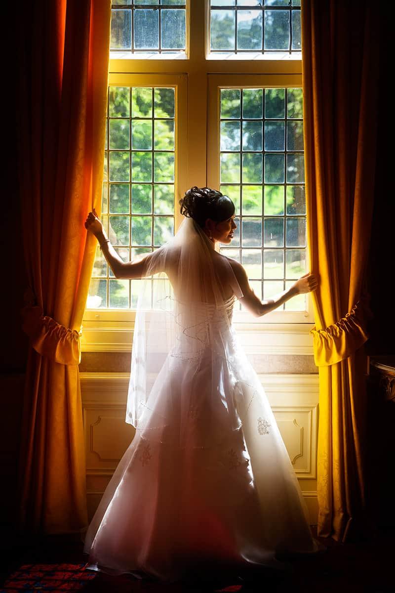 fotoshoot binnen kasteel Keukenhof bruid raam