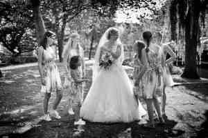 zwart-wit trouwfoto bruid met bruidsmeisjes